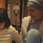 El cariño de una niña por su madre enferma de cáncer, le hace crear una máquina del tiempo para salvarla
